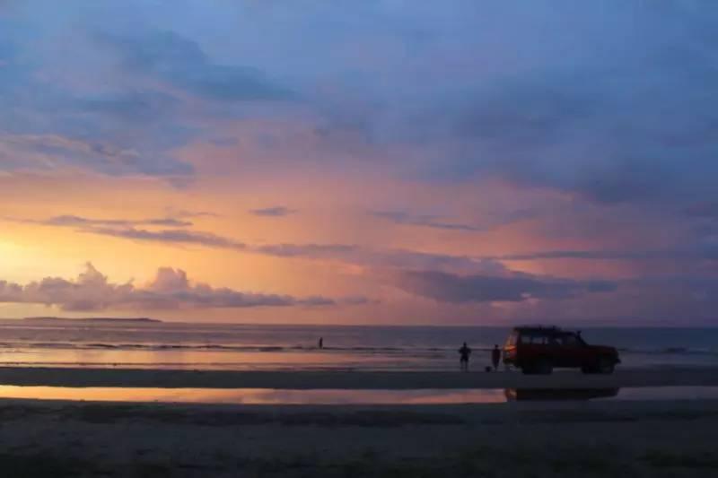 无聊的时候可以去海边看日落